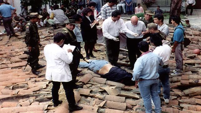 El cuerpo de Pablo Escobar yace sobre un tejado, tras ser abatido por la Policía cuando intentaba huir el 2 de diciembrede 1993