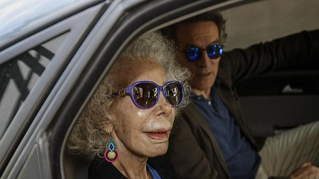 La duquesa de Alba sale de Dueñas con su marido