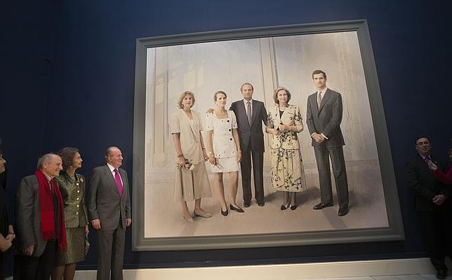 Don Juan Carlos y Doña Sofía contemplan el cuadro junto a Antonio López