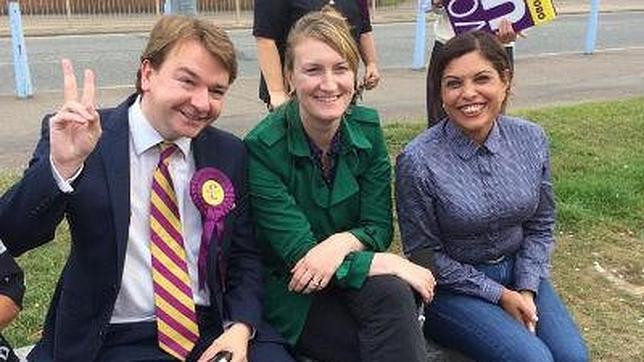 Natasha Bolter (d), en una foto de un acto de UKIP colgada en su cuenta de Twitter