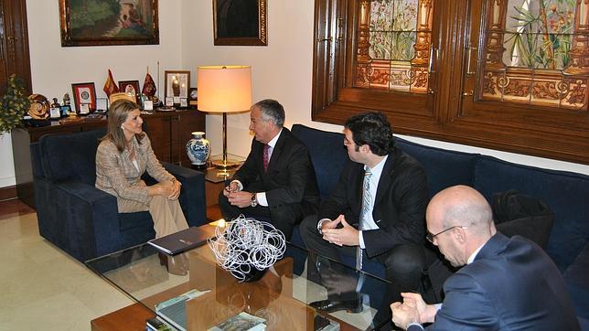 Los directivos de Empresaris de Catalunya, durante su reunión con la delegada del Gobierno Llanos de Luna