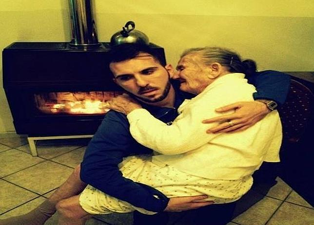 Giancarlo Murisciano sujeta a su abuela en brazos el día de Nochevieja