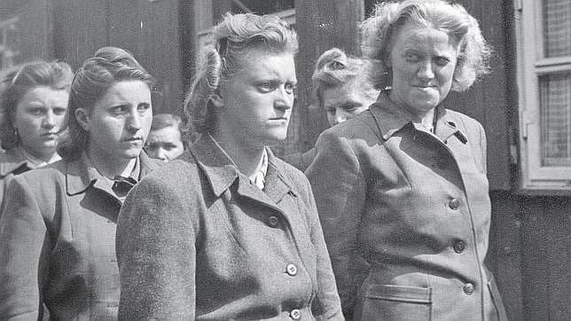 Dorothea Binz (en el centro) junto a sus compañeras de las SS