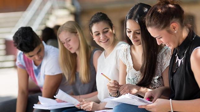 Más de la mitad deciden continuar los estudios después de graduarse