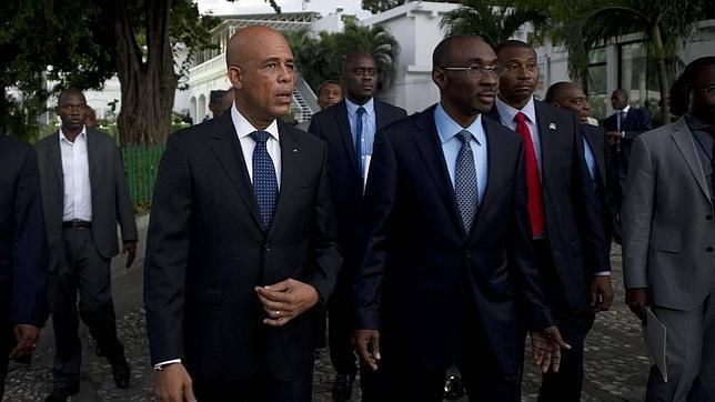 El presidente Michel Martelly (Izquierda) junto al nuevo primer ministro Evans Paul