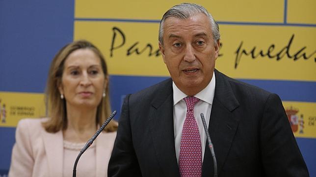 El secretario de Estado de Infraestructuras, Julio Gómez-Pomar, y la ministra de Fomento, Ana Pastor