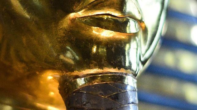 Foto realizada ayer a la máscara que muestra el pegamento industrial y los efectos de la lija en el oro de la barbilla