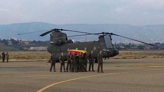 Compañeros del cabo Soria portan su féretro a su llegada a Córdoba