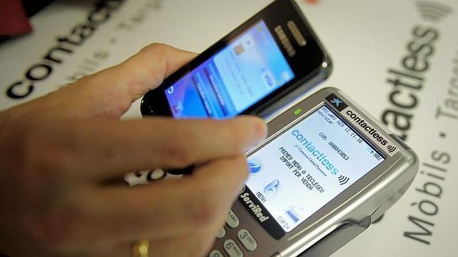 Un usuario realiza un pago por móvil