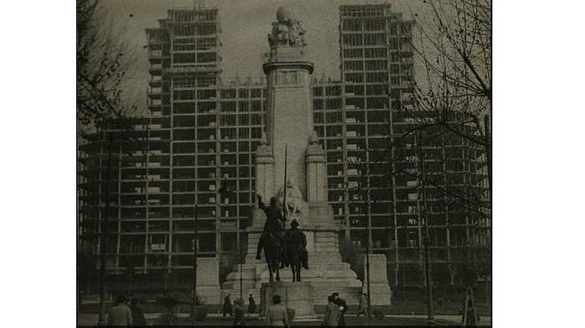 El esqueleto del gigante de Plaza España en 1951