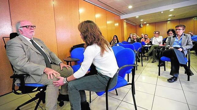 El coordinador de la oficina de Salud Mental junto a una médico en un simulacro de un caso práctico