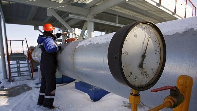 Fotografía de archivo fechada el 3 de enero de 2009 que muestra a un operario de Gazprom en la estación de gas de Sudzha, en la región de Kursk (Rusia)