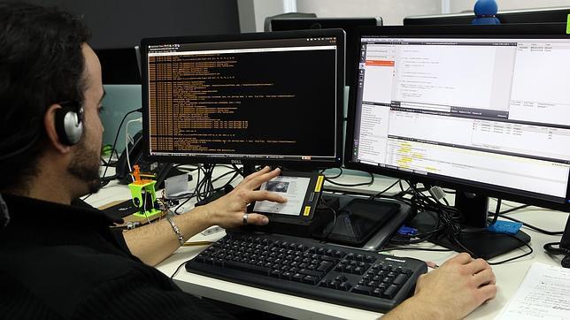 Un empleado de BQ trabaja en la oficina