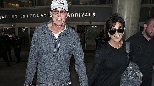 Jenner en una fotografía de archivo junto a su ex esposa Kris