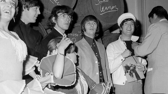 El cuarteto británico tras firmar unos barriles de fino en Madrid, el 1 de julio de 1965