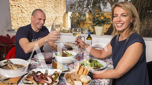 Varufakis y su mujer, Danae, en la terraza de su casa en Atenas