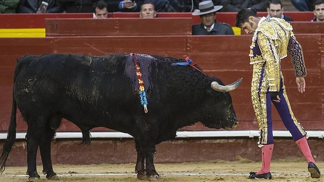 Desplante a cuerpo limpio de Talavante con el tercer toro