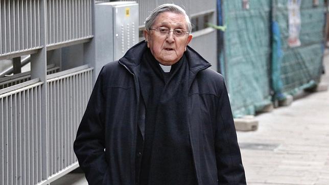 El sacerdote exorcista Jesús Hernández Sahagún, por las calles de Valladolid