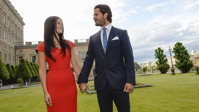 El príncipe Carlos Felipe de Suecia y la modelo Sofia Hellqvist, el día de su compromiso, en junio del año pasado