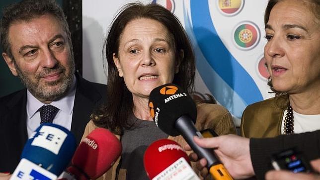 La secretaria de Estado de Educación, Formación Profesional y Universidades, Montserrat Gomendio, junto al Ministro de educacion de Portugal (i) y la Secretaria de estado de inovación (d), tras asistir a la reunión «Diálogo 5+5»