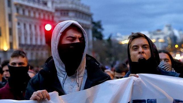 Dos estudiantes gritan consignas contra el «decreto 3+2» durante la primera de las tres jornadas de paro