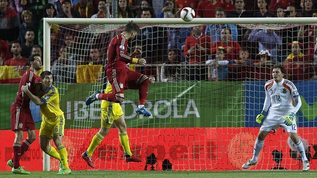 Sergio Ramos remata de cabeza a la cruceta