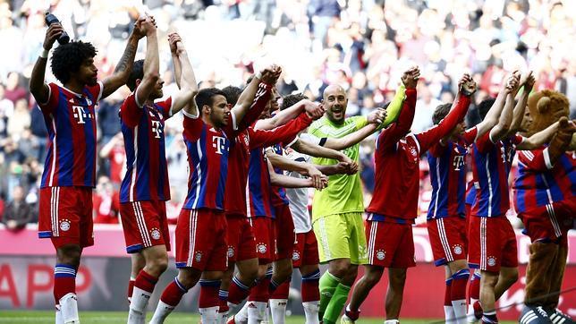 El Bayern celebra la victoria sober el Eintratch (3-0) con sus aficionados