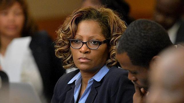 Una de las formadoras acusadas escucha la sentencia del juez en Atlanta