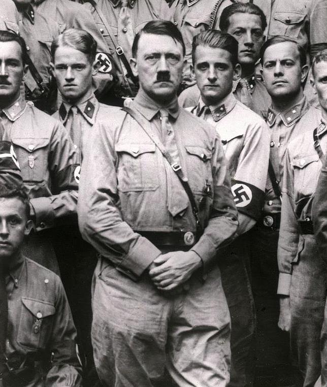 Hitler, con sus oficiales nazis en 1922