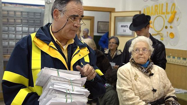 Un cartero de Jaén entrega a primera hora el voto por correo en un colegio electoral de la ciudad