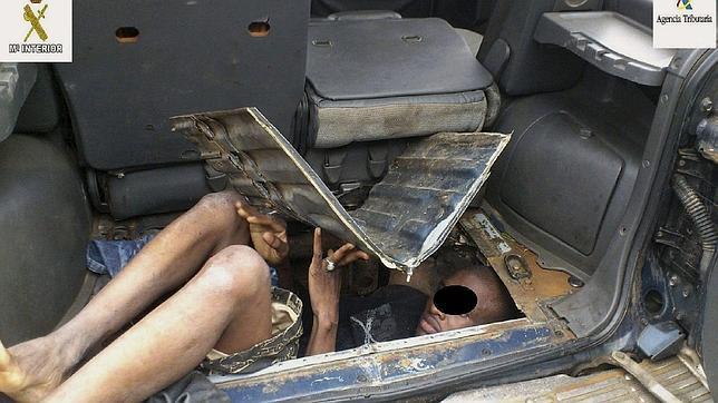 Otros inmigrantes han intentado cruzar la frontera ocultos en el doble fondo del  maletero de un coche