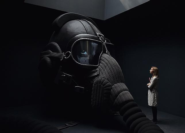 Una mujer admira una pieza de la artista rusa Irina Nakhova en el pabellón de su país