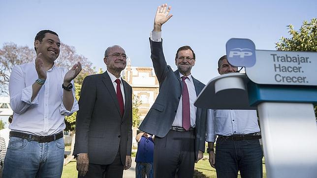 El presidente del Gobierno, Mariano Rajoy, en un acto electoral en Málaga. A la izquierda, Juanma Moreno