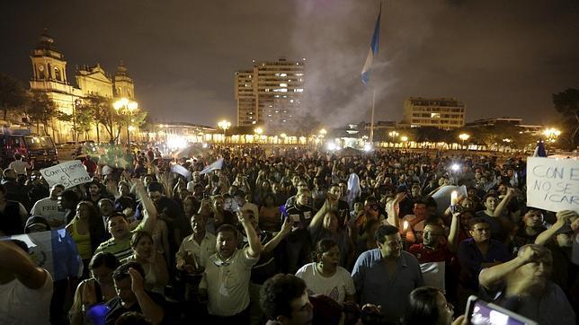 Los guatemaltecos se lanzaron a la calle el viernes para celebrar la renuncia de la vicepresidenta por corrupción
