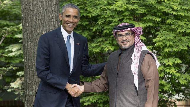 Barack Obama saluda al príncipe heredero de Baréin, Salman bin Hamad Al-Khalifa