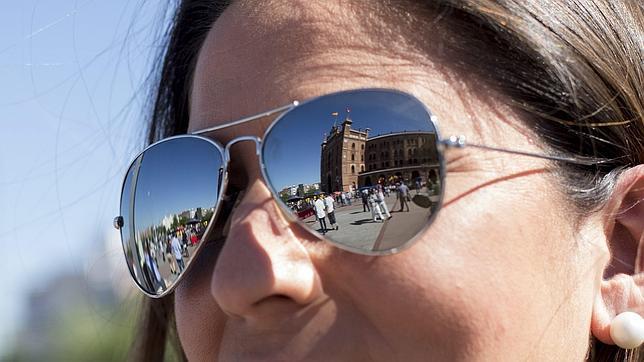 Una mujer lleva unas gafas de sol de la marca Ray-Ban