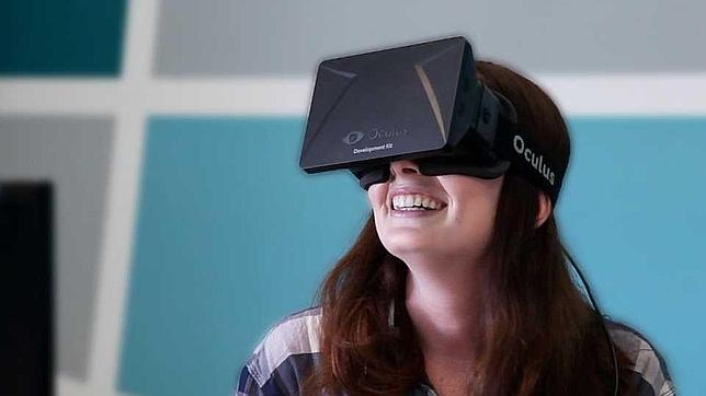 Una persona posa con las Oculus