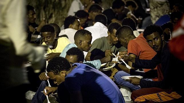 Un grupo de inmigrantes en un albergue en Roma