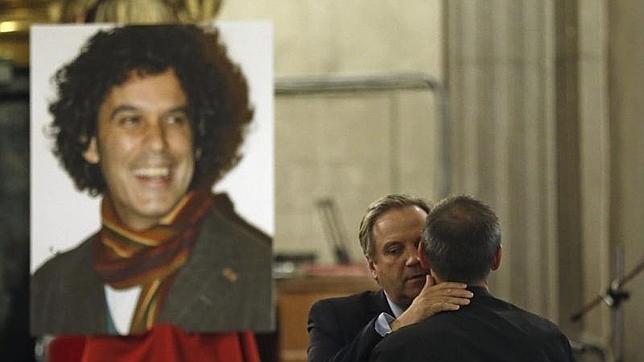 Antonio Carmona saluda al marido de Pedro Zerolo durante el homenaje al concejal fallecido