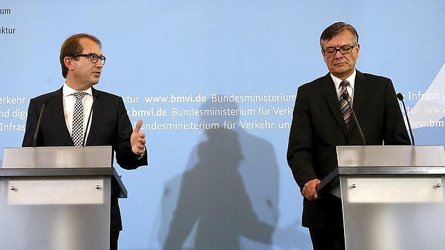El ministro alemán de Transporte, Alexander Dobrindt, y el director de Taskforce, Matthias von Randow, informan sobre el estudio provisional del accidente de avión de Germanwings