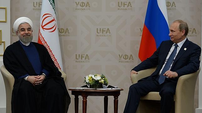 El presidente iraní, Hasán Rohani, y su homólogo ruso, Vladimir Putin, en la cumbre de los BRICS que se está celebrando en Ufa