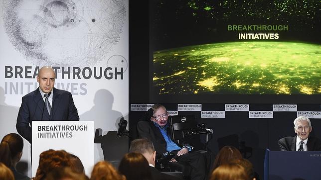 El multimillonario ruso, Yuri Milner (izda), junto al científico británico Stephen Hawking (centro) durante la presentación del proyecto