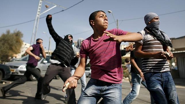 Un grupo de jóvenes árabe-israelíes lanzan piedras durante unos enfrentamientos en Umm el-Fahm, Israel