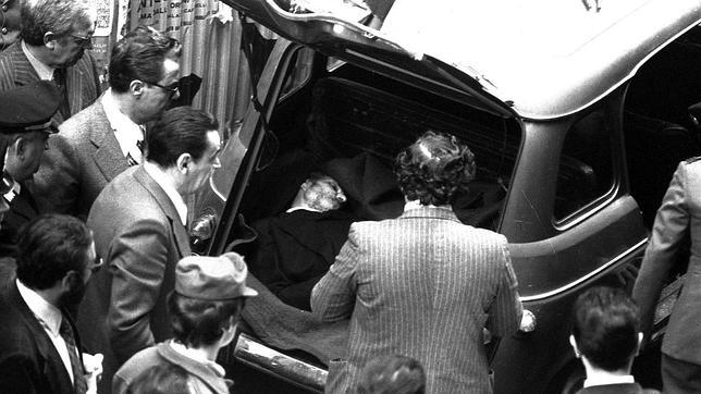 El cadáver del político Aldo Moro en el maletero de un coche en Roma, en mayo de 1978