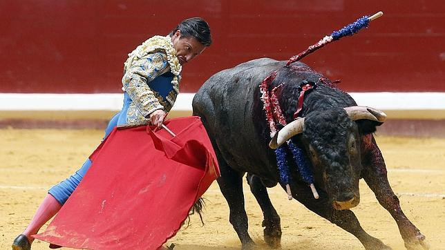 Diego Urdiales se dobla con el toro de Victorino