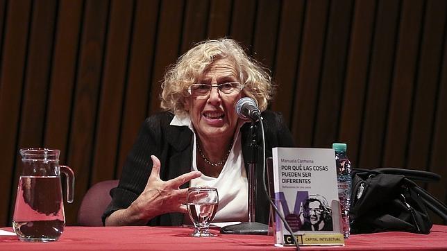 La alcaldesa de Madrid, Manuela Carmena, durante la presentación de su libro en la Biblioteca Nacional de Buenos Aires