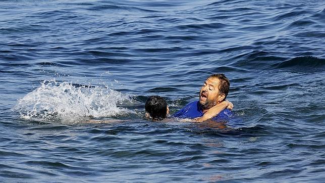 Momento del dramático rescate de un ciudadano griego a un refugiado sirio