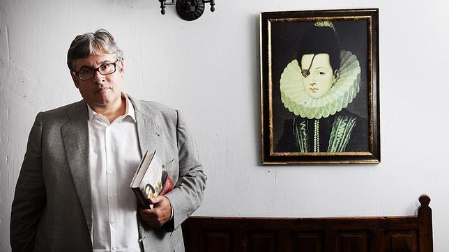 Juan Manuel de Prada, ayer en Pastrana junto a un retrato de la princesa de Éboli