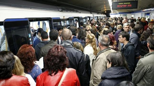 Gran número de personas acceden al convoy del Metro de Madrid en la estación de Ópera