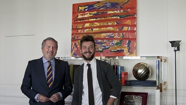 Méndez de Vigo y Rubén Rosado posan con el cuadro obra de este último que ahora cuelga en el despacho del ministro